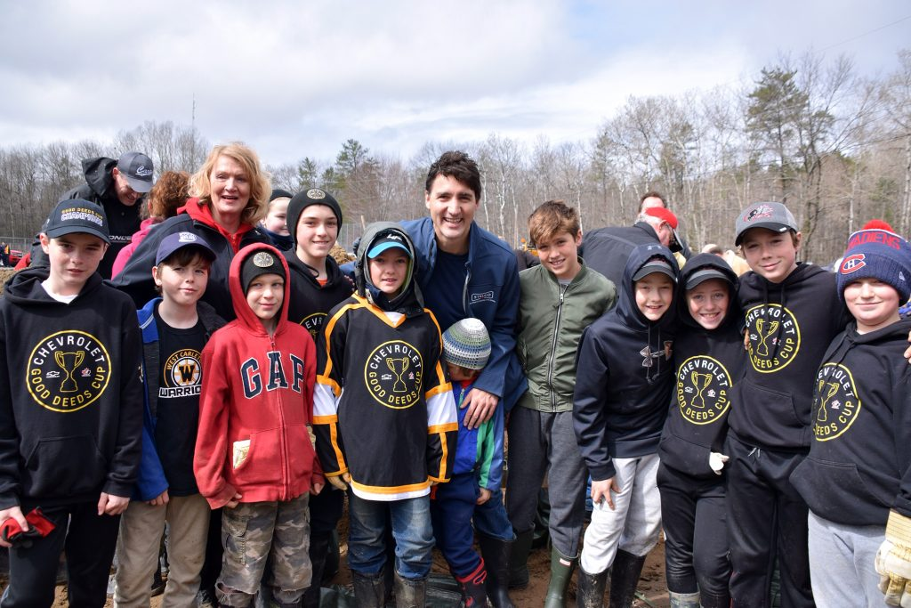 Prime Minister Justin Trudeau poses with MP Karen McCrimmon and volunteers including the West Carleton Warriors yesterday in Constance Bay. Photo by Shelley Welsh