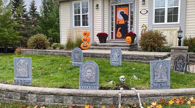 A Carp area house decorated for Hallowe'en.