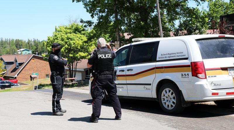A photo of an Ottawa police officer and bylaw officer.