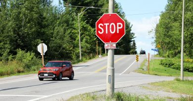 A photo of the new stop sign on Dunrobin Road.