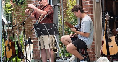 Musicians Laurie Walker and Jackson Champagne perform at the Island Vibes fundraiser.